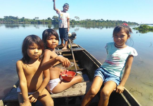 Kujubim children fishing on the Guaporé River. Photo: Gabriel Sanchez, 2018.